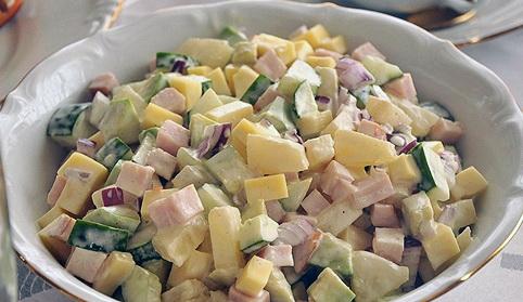 Салат с соленными огурцами, грибами и ветчиной